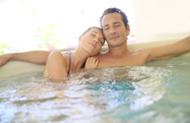 San Valentino alle Terme dell'Emilia Romagna Immersi sotto le stelle, party in piscina e molti baci