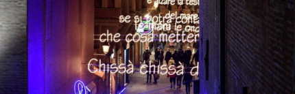 """In Emilia Romagna è il Natale della poesia e della musica in cielo Dante, Dalla, """"Vasco"""", Plauto e Carducci diventano luminarie"""